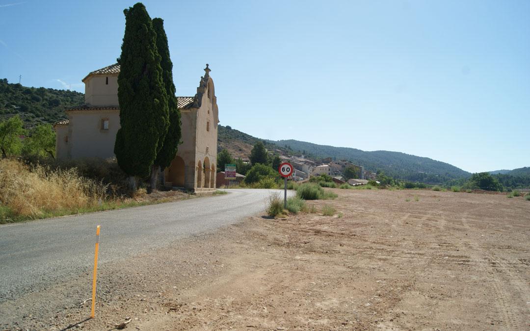 Foto de archivo de las obras de la carretera. El área de autocaravanas se ubicará a la salida de La Cañada de Verich junto a la ermita de la Virgen del Pilar. / B. Severino