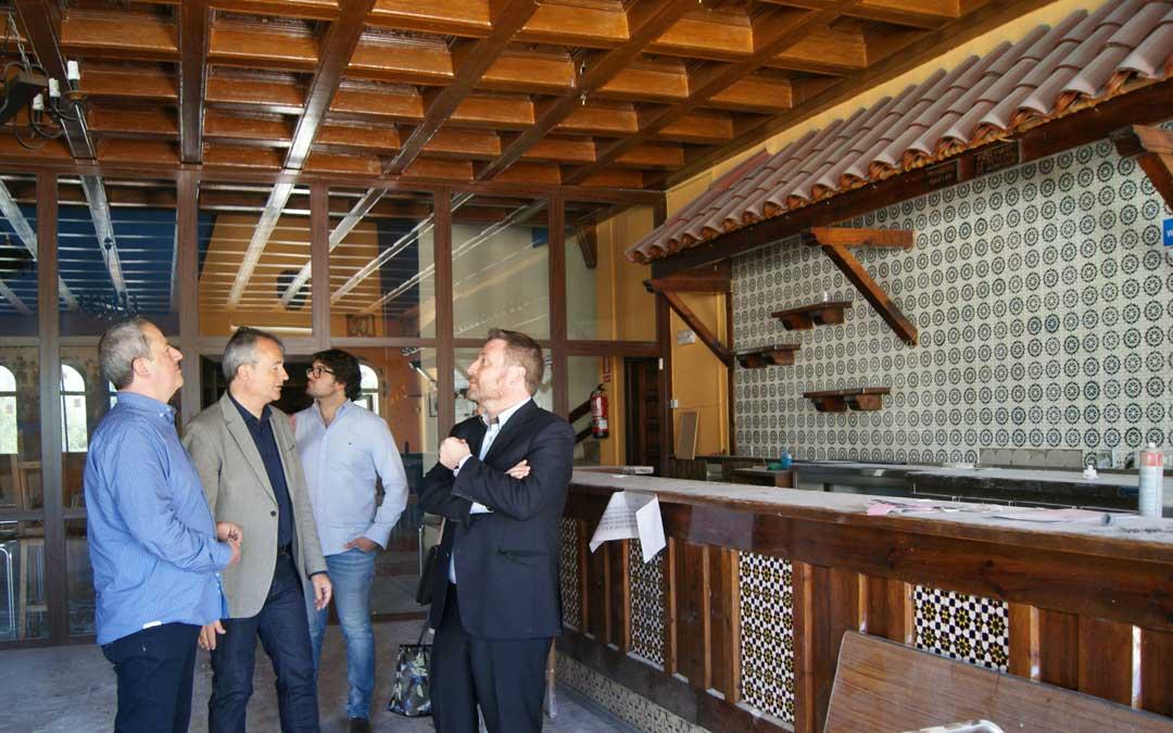 Visita del consejero de Vertebración de la DGA, José Luis Soro, en 2017 al restaurante en plenas obras. / B. Severino