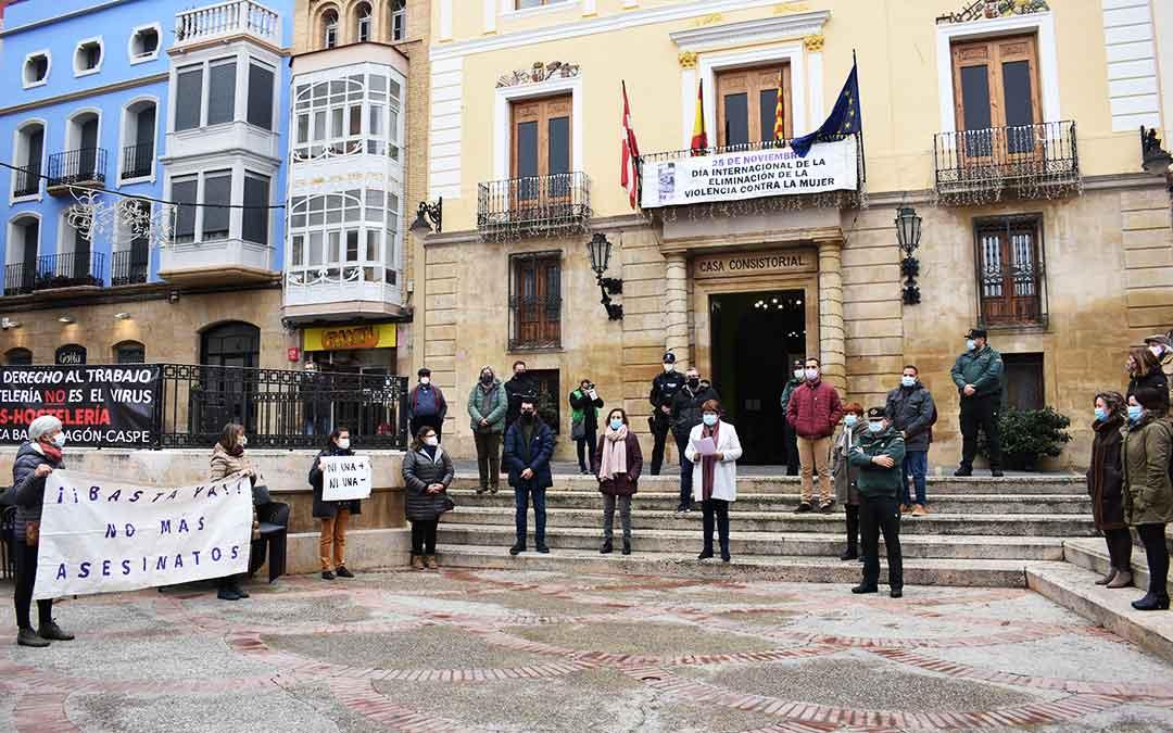 Acto conmemorativo del 25 de noviembre en la plaza de España de Caspe.