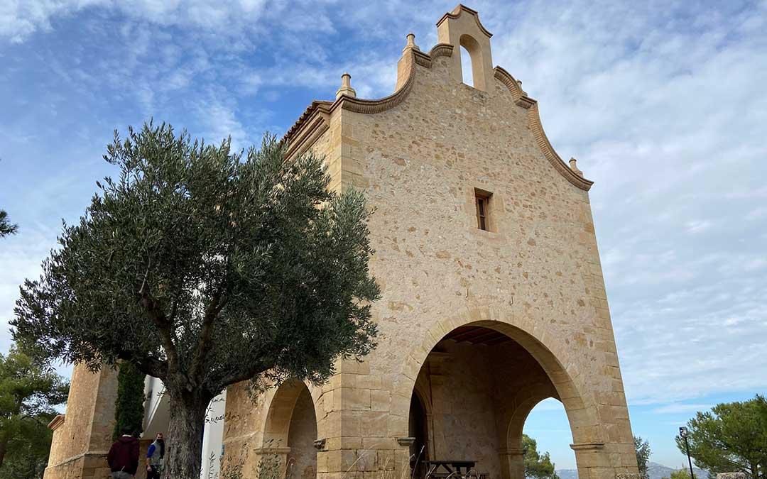 Exterior de la ermita de Santa Bárbara de Aguaviva, que en su interior aguarda una gran fusión entre elementos originales y arquitectura moderna./ Alicia Martín
