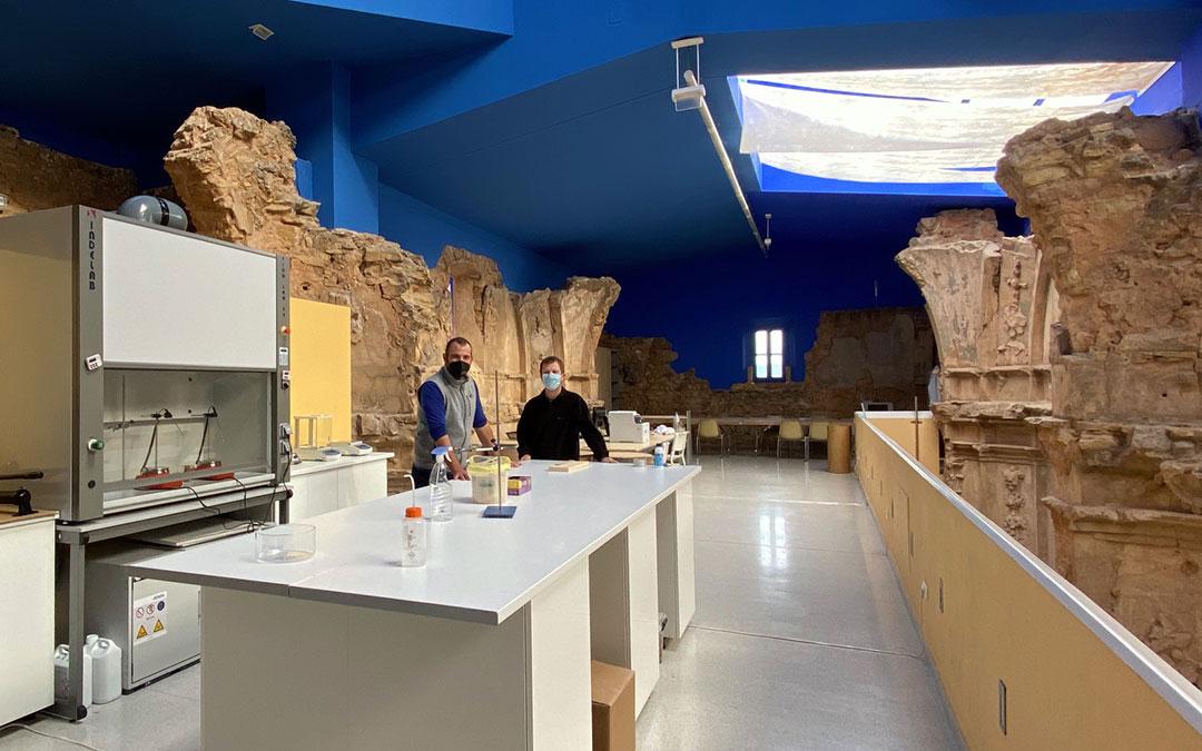 El Centro de Investigación se ubica en la planta superior de la ermita de Santa Bárbara de Aguaviva. En la fotografía, dos de los tres ingenieros que participan en el proyecto./ Alicia Martín