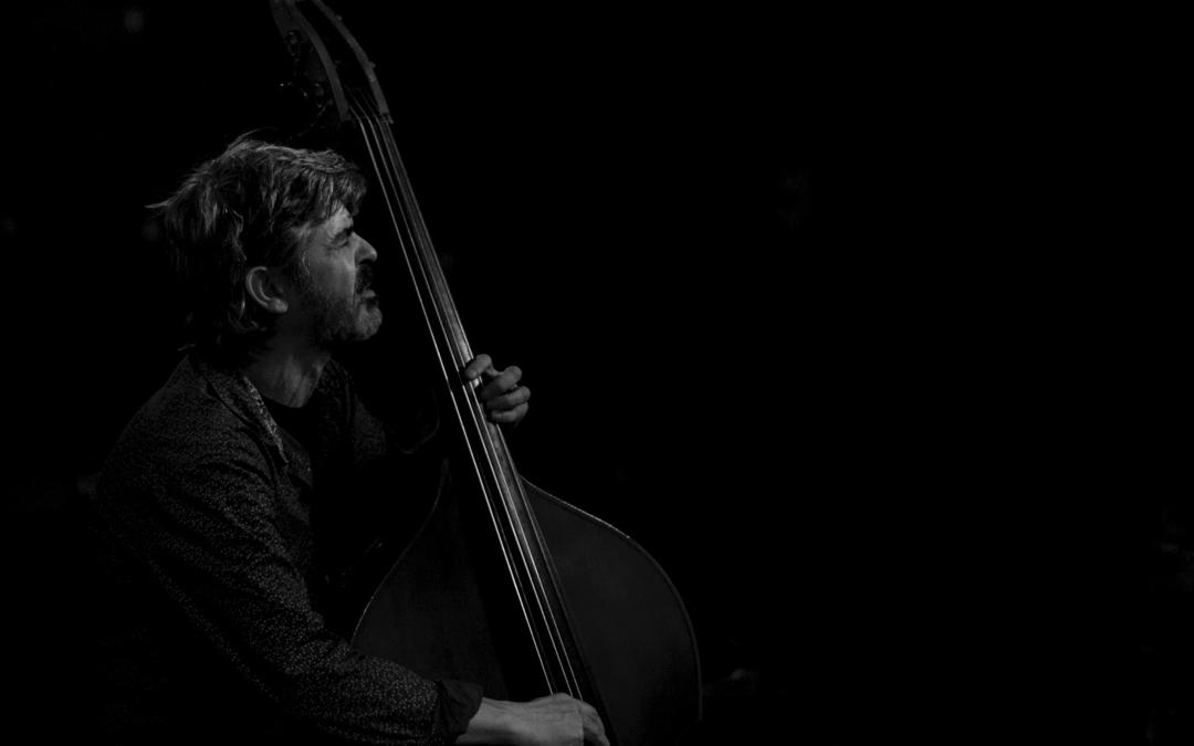 Coco Balasch, músico francés afincado en Valdeltormo, en acción. / Archivo personal