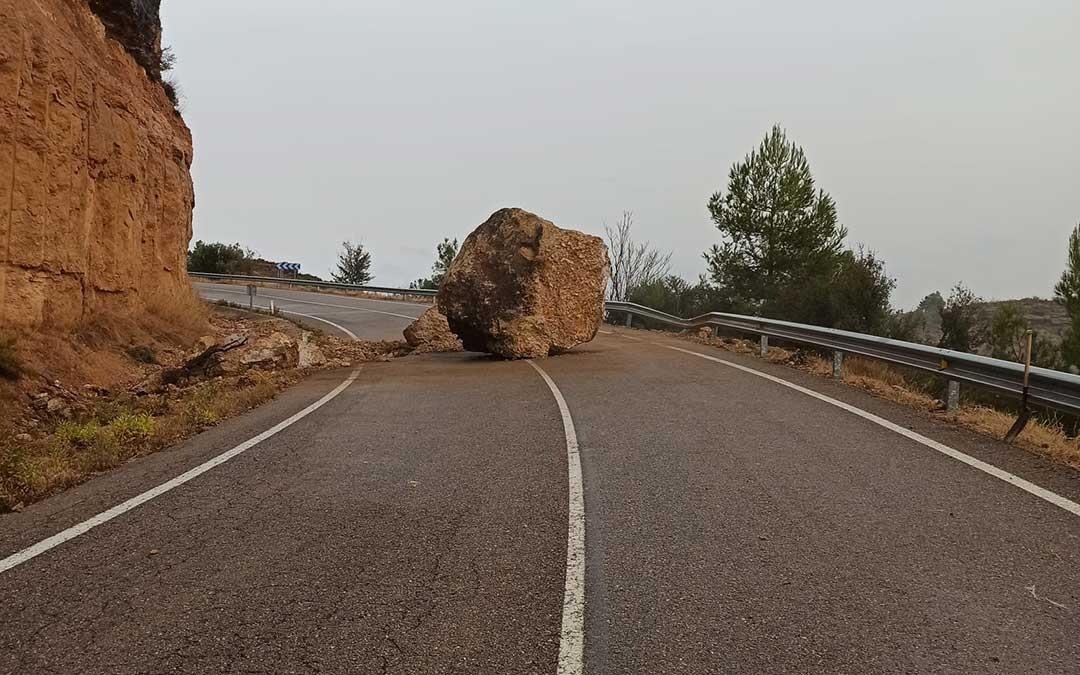 Una de las grandes rocas que han caído sobre la calzada en la madrugada.