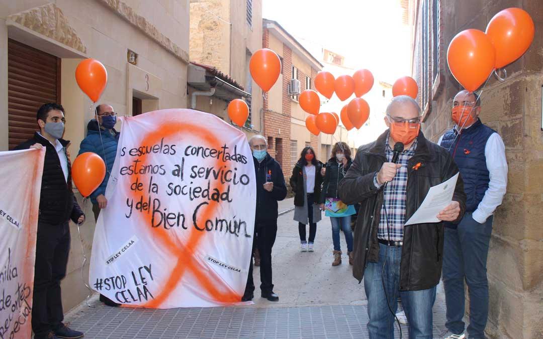 Acto en defensa de la concertada a las puertas del colegio San Valero / L. Castel