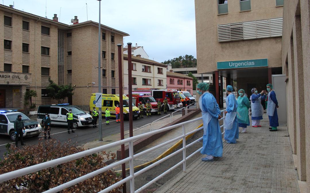 Aplauso sanitario y homenaje en la puerta del Hospital de Alcañiz durante el estado de alarma de primavera. / B. Severino