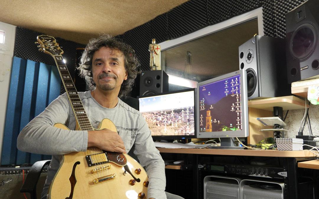 Latorre, en su estudio, «laboratorio» en el que pasa horas con su música, ensayando y probando novedades. / Archivo personal