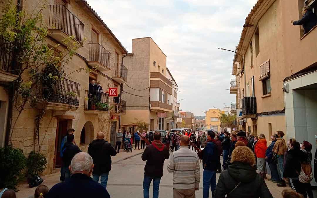 Muchos vecinos de Maella se han acercado junto a la Rondalla a la casa de Miguel este miércoles.