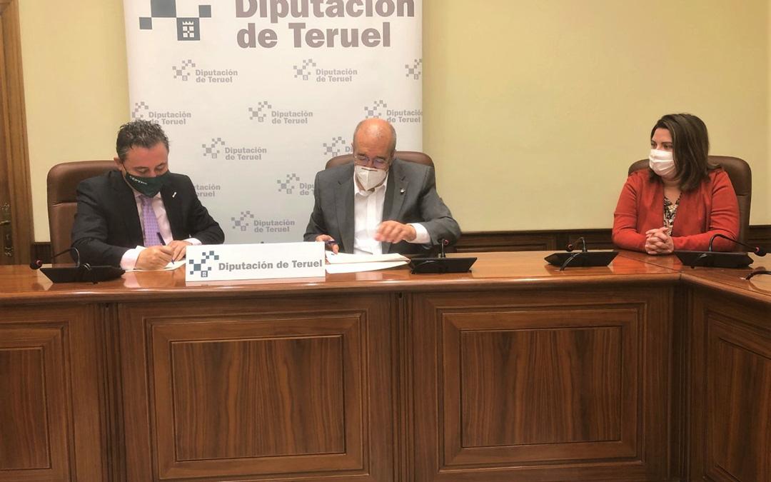 Firma del convenio de la DPT con la CEOE. / DPT