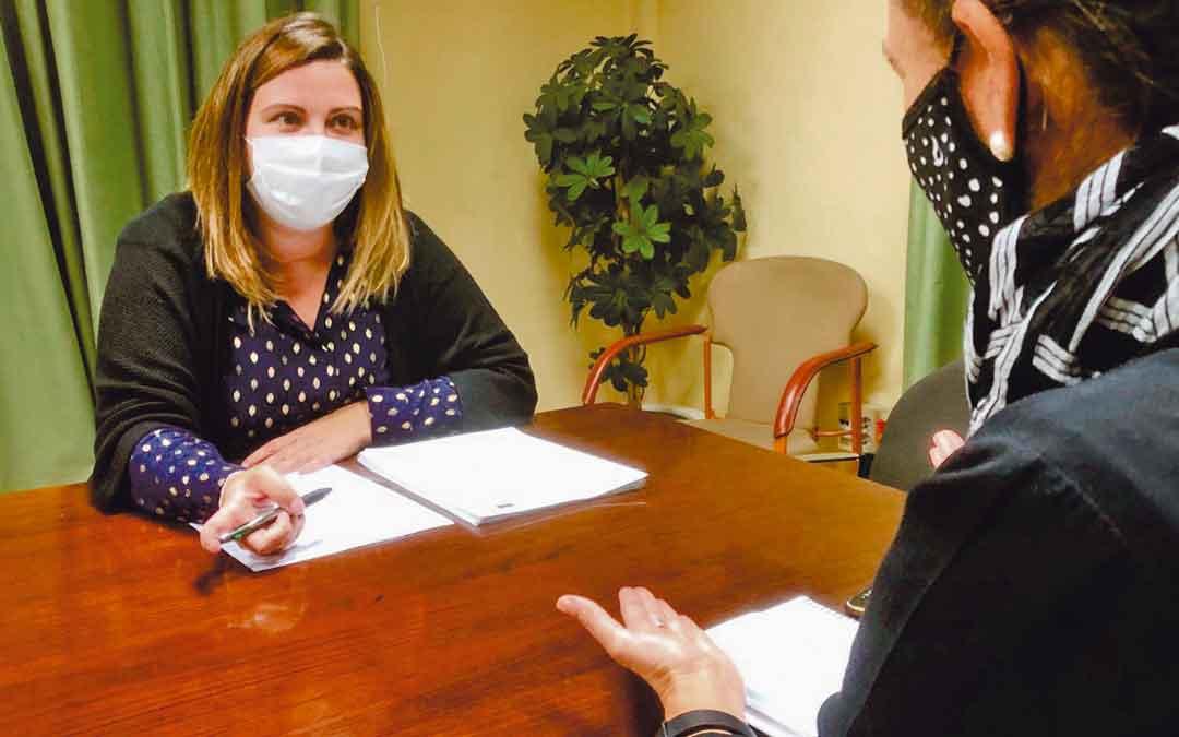 María Ariño, durante una reunión con técnicos de su departamento.