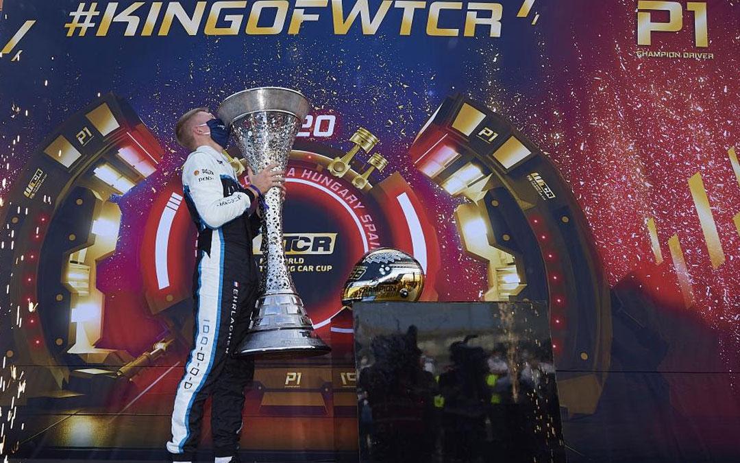 El francés Ehrlacher besa emocionado el trofeo del que se ha hecho acreedor