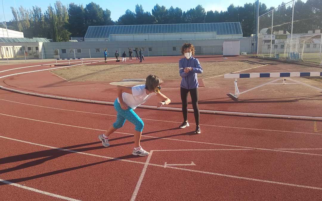 Las clases se realizan en el exterior de las instalaciones deportivas municipales alcañizanas
