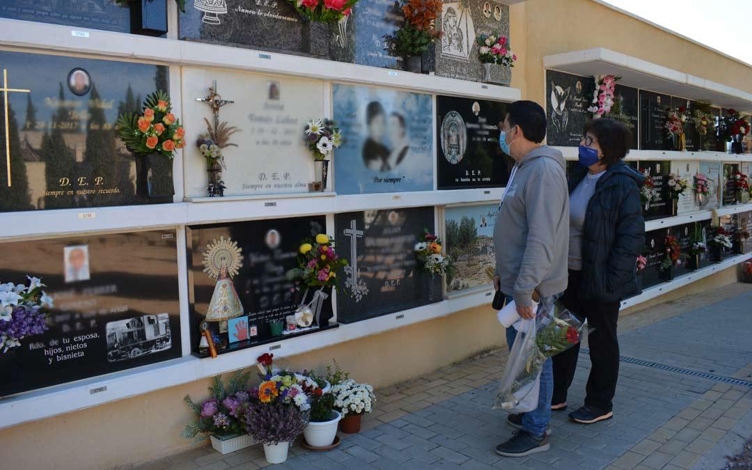 Esther Alavés, junto a un acompañante, en el cementerio de Alcañiz este domingo./I.M.