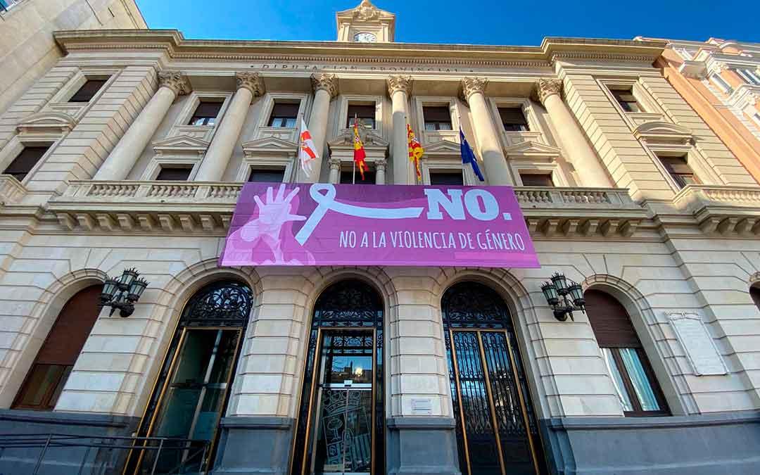 Fachada de la DPZ en Zaragoza con una pancarta en contra de la violencia de género.