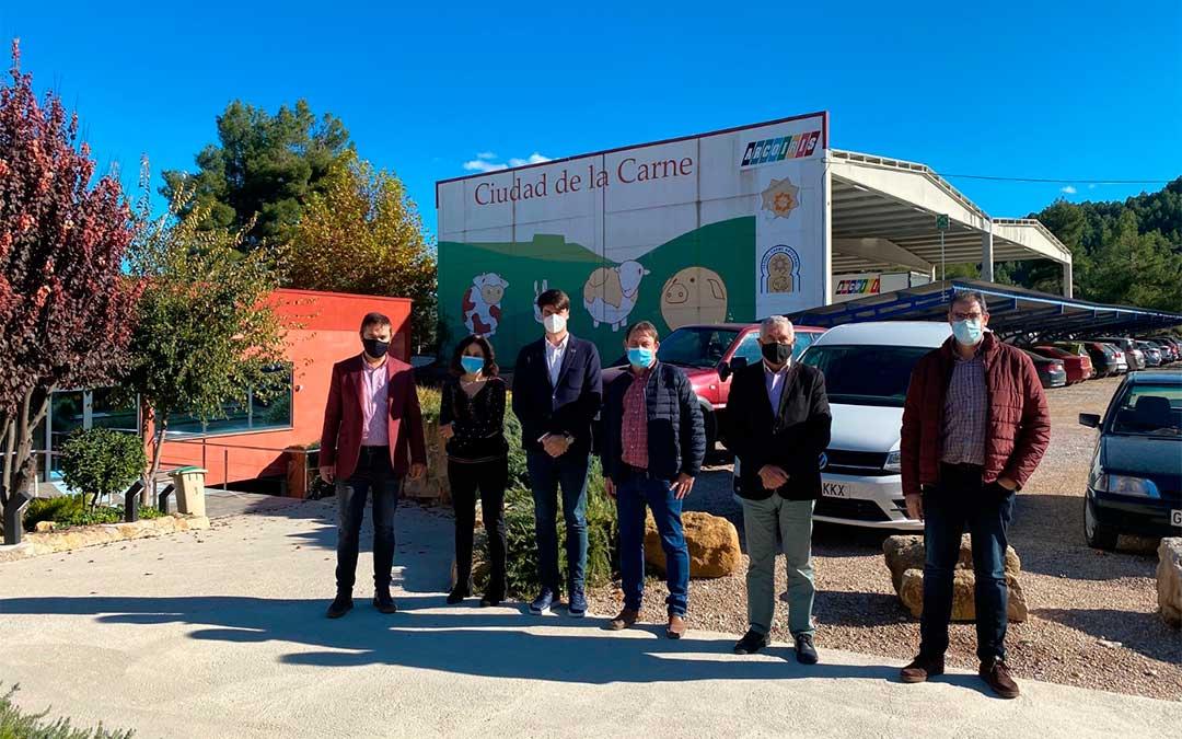 El Comisionado del Gobierno de Aragón para la Agenda 2030, Fermín Serrano, visita las instalaciones del Grupo Arcoiris en Valderrobres./ DGA