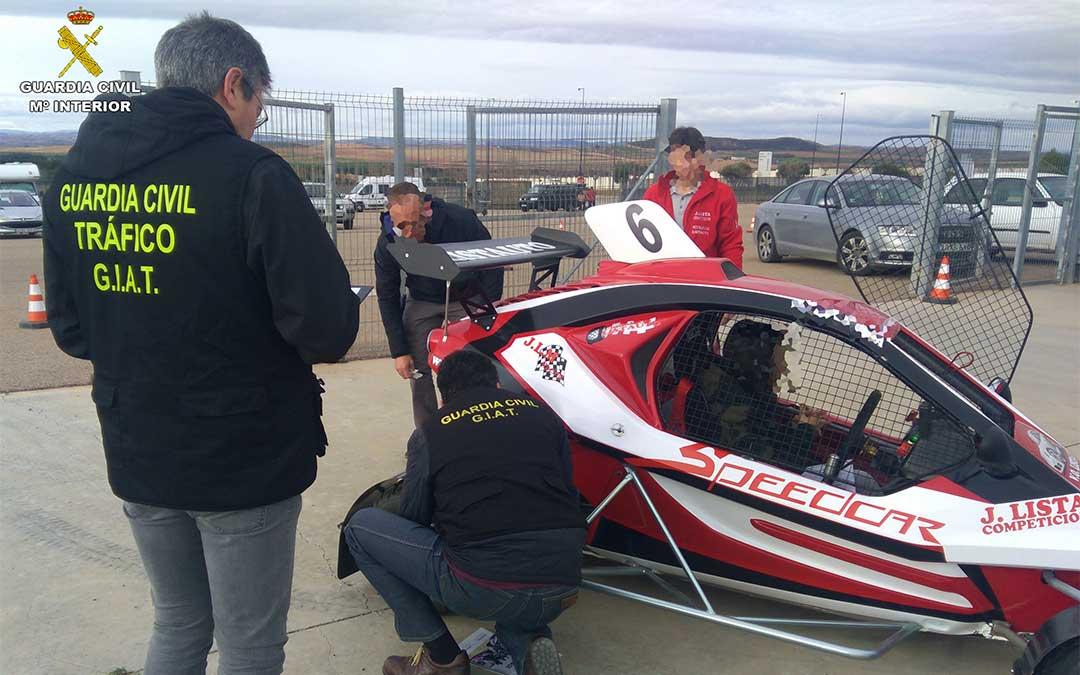 La Guardia Civil inspecciona un vehículo de autocross./ Guardia Civil de Teruel