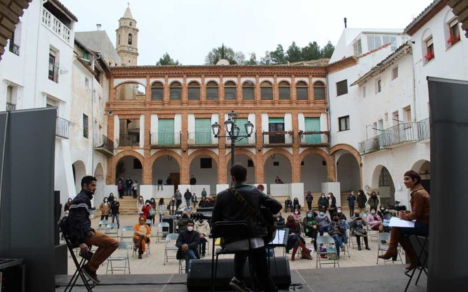 Cultubral despliega música y poesía en la plaza de Híjar con Mario Hinojosa, Angélica Morales y Mario Lafuente