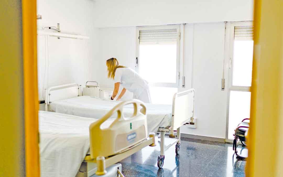 En la imagen, una trabajadora en la planta 6ª, destinada a pacientes covid. / CESÁREO LARROSA
