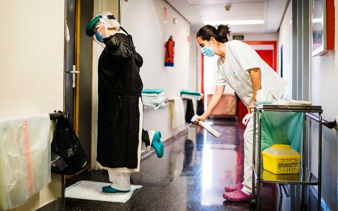 En la imagen, siguiendo los protocolos de seguridad antes de entrar a una habitación covid de la 5ª planta / Cesareo Larrosa
