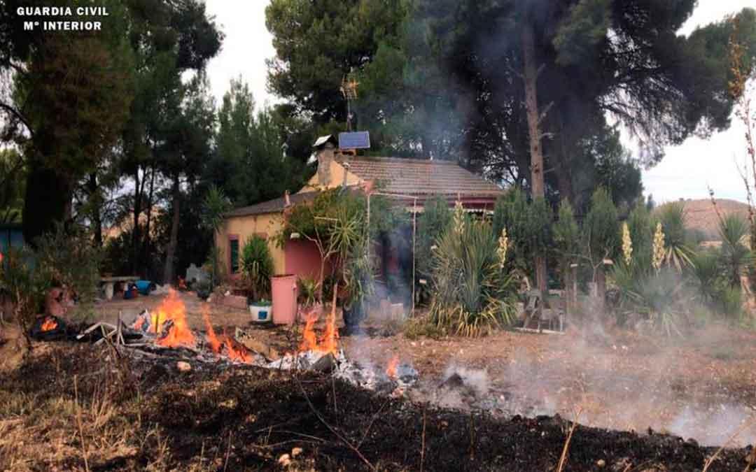 Imagen del incendio de Caspe todavía activo en la casa afectada en las Fajuelas. Imagen: Seprona de la Guardia Civil