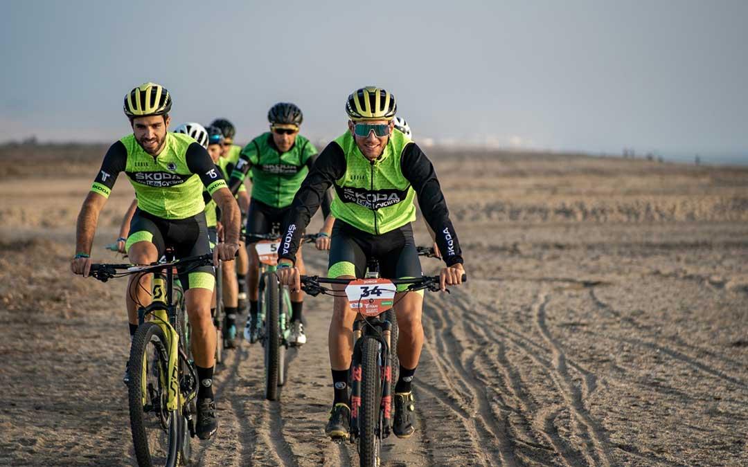 Jorge Lamiel, con el número 34, en una de las etapas de la Titan Desert 2020./ J.L.
