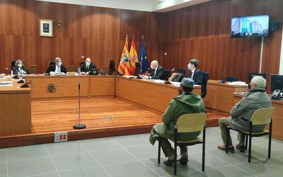 El empresario y el encargado de la finca, ayer, en el banquillo de los acusados de la Audiencia de Zaragoza./ M. A. C.