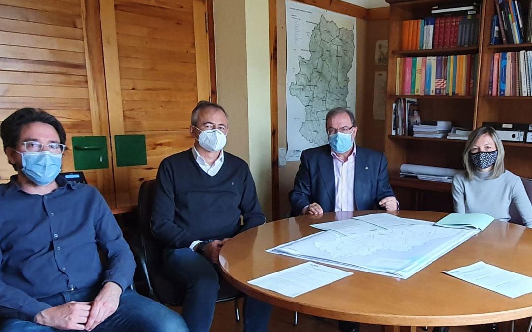 Los alcaldes de La Puebla e Híjar, reunidos con el director de Carreteras, Bizén Fuster, y su equipo. / DGA
