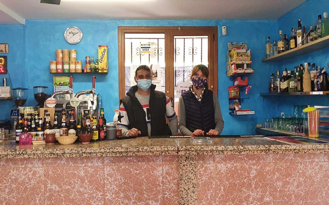 Plamen Stambolov y Albena Mariyanova, gerentes del Bar La Vila en La Ginebrosa. / La Comarca