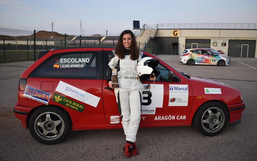 La alcañizana Laura Aparicio, este domingo en Motorland con el trofeo de la categoría Clásicos./ C.P.A.