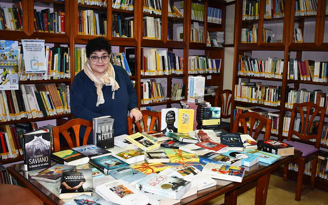 Loli Esteban en la zona de novedades en la Biblioteca Municipal de Caspe.