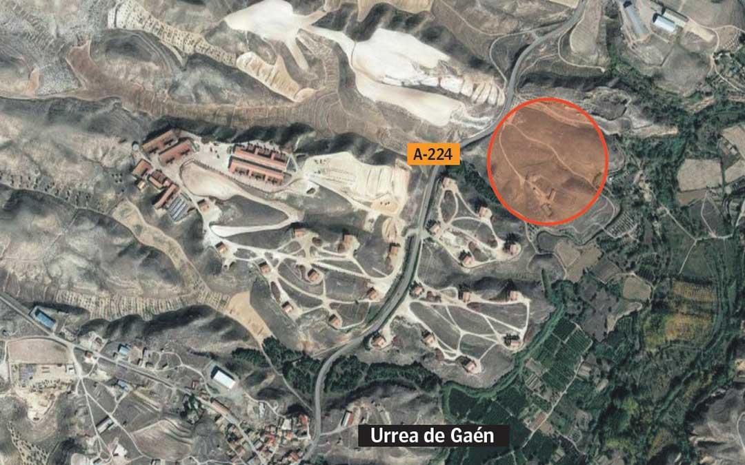 La nueva empresa se levantará en la margen derecha de la A-224 en dirección a Híjar (marcado en rojo). / L. C.