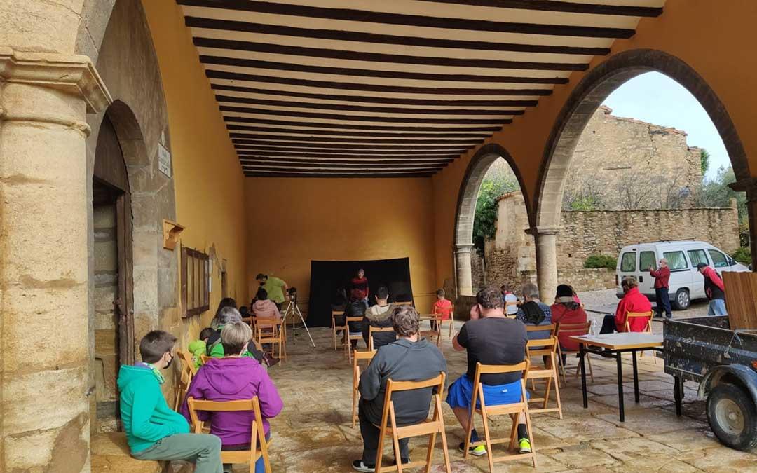 Vecinos de Mirambel disfrutando, en vivo y en directo, de la obra 'Me voy p'al pueblo' en el Trinquete./ Ayto. Utrillas
