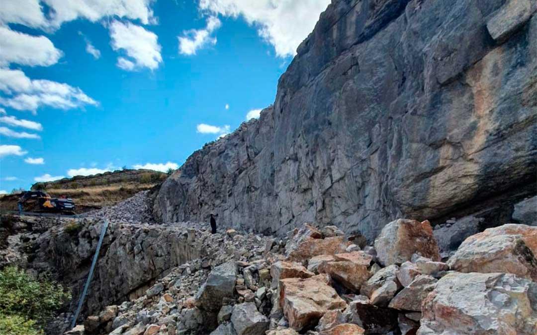 La ampliación de la carretera de Miravete exige ganar terreno a la montaña, de roca caliza./ Heraldo