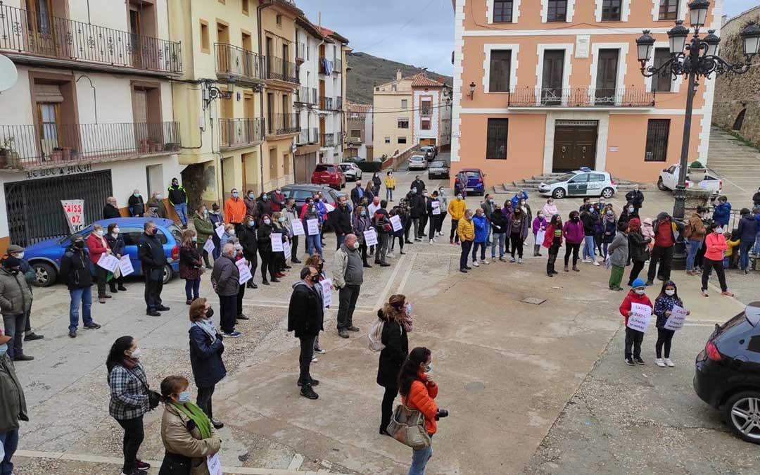 Imagen de archivo. Vecinos de Montalbán y la comarca reunidos frente a la oficina de la Seguridad Social./ L.C.