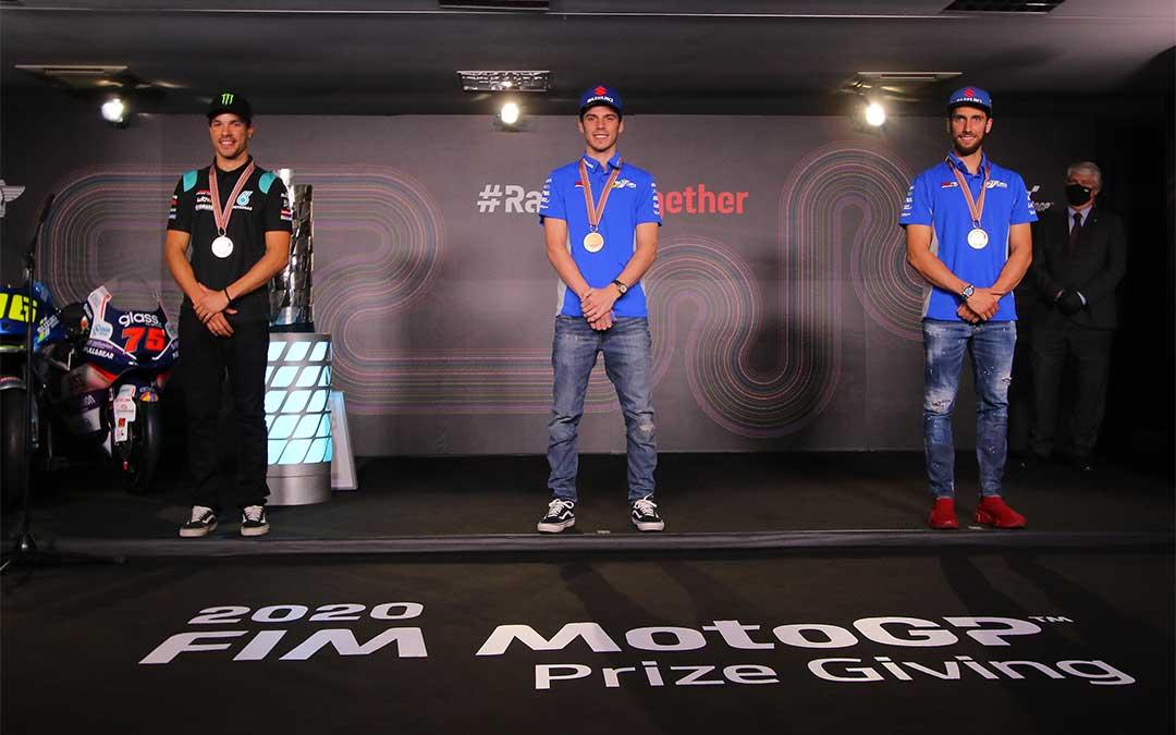 Joan Mir es el campeón del mundial de motociclismo de MotoGP (centro), seguido de Franco Morvidelli (izq.) y Álex Rins (dcha.)./ MotoGP