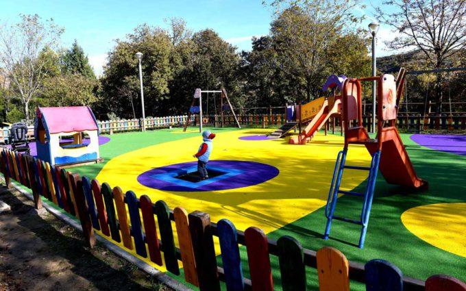 Nuevo pavimento de caucho en el parque infantil de la ronda de Caspe de Alcañiz