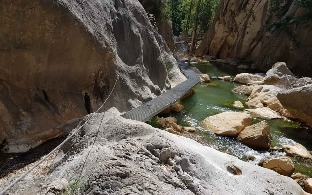 Pasarela del río Guadalope a su paso por el entorno de Aliaga en la Comarca de Cuencas Mineras