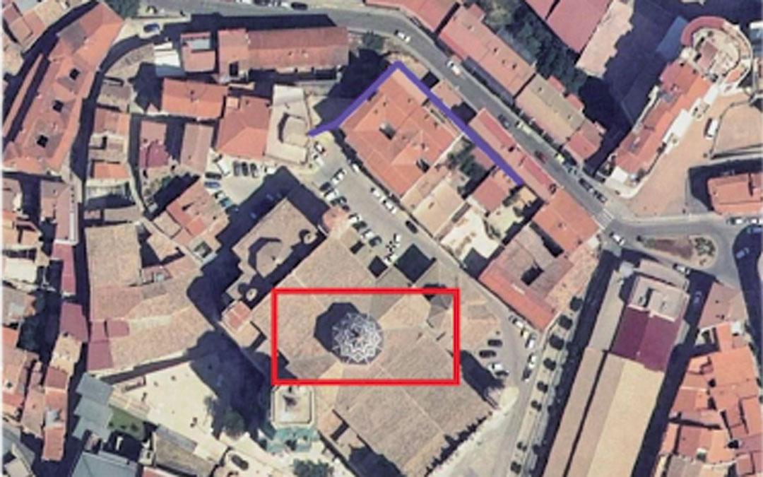 Ubicación aproximada de la antigua iglesia gótica (rectángulo rojo) y del tramo de muralla del siglo XIII conservado y visible (línea azul) / Informe arqueológico