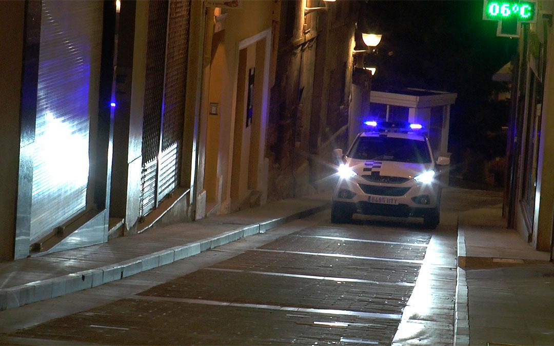 La Policía Local de Alcañiz patrulla la calles tras el toque de queda./ Alberto Gracia