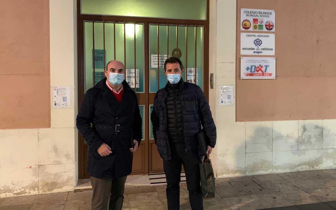 El diputado autonómico Juan Carlos Gracia Suso y el diputado nacional y alcalde de Calanda, Alberto Herrrero, en el colegio La Inmaculada de Alcañiz / PP Teruel