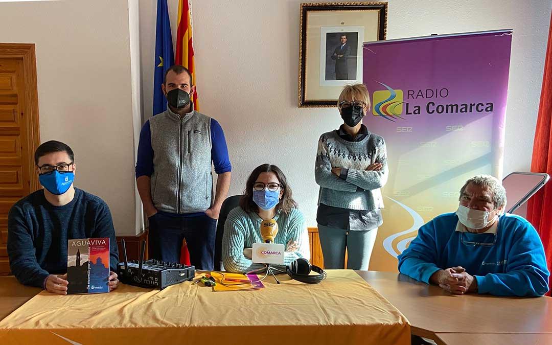 Invitados al programa especial de Radio La Comarca emitido desde el Ayuntamiento de Aguaviva./ L.C.