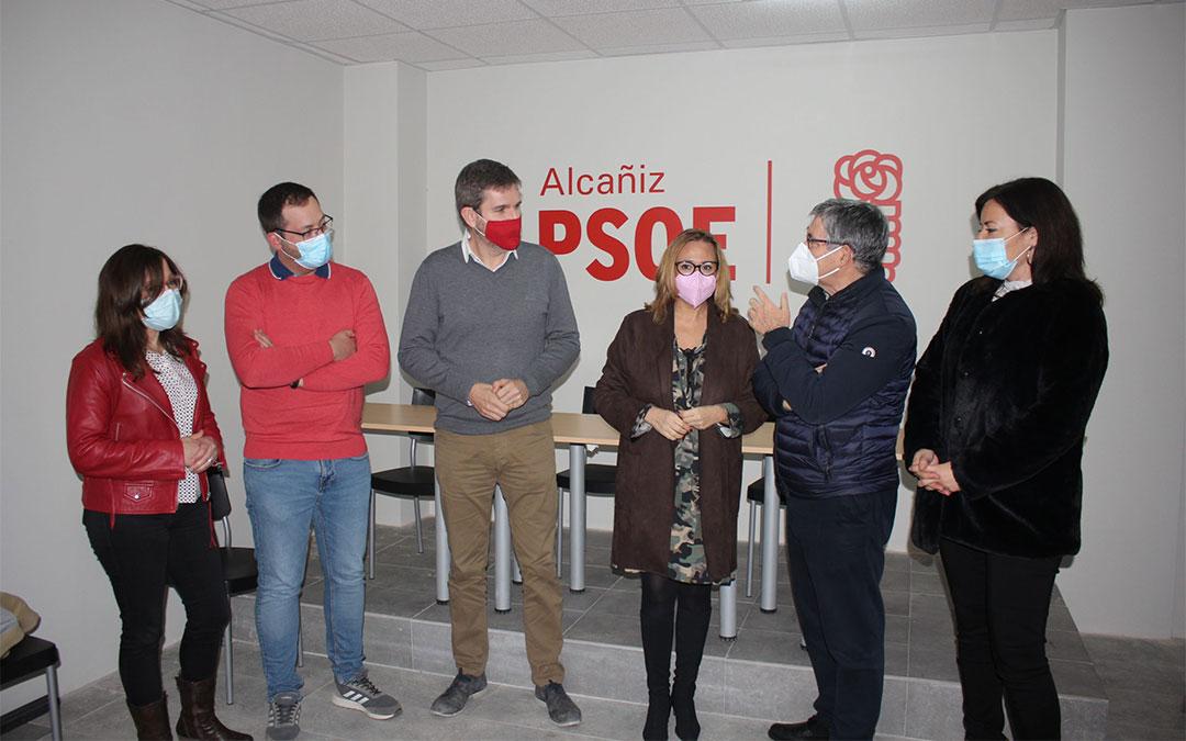 La consejera de Presidencia y secretaria general del PSOE de Teruel, Mayte Pérez, este viernes en Alcañiz acompañada de todos los diputados socialistas turolenses / L. Castel