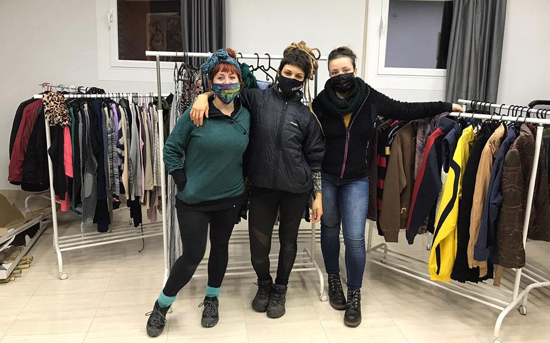 Sara Bosque, Nidia Álvarez y Laia Salvador, con parte de la ropa del mercado. Están al frente de 'Otistarda' en La Puebla de Híjar.