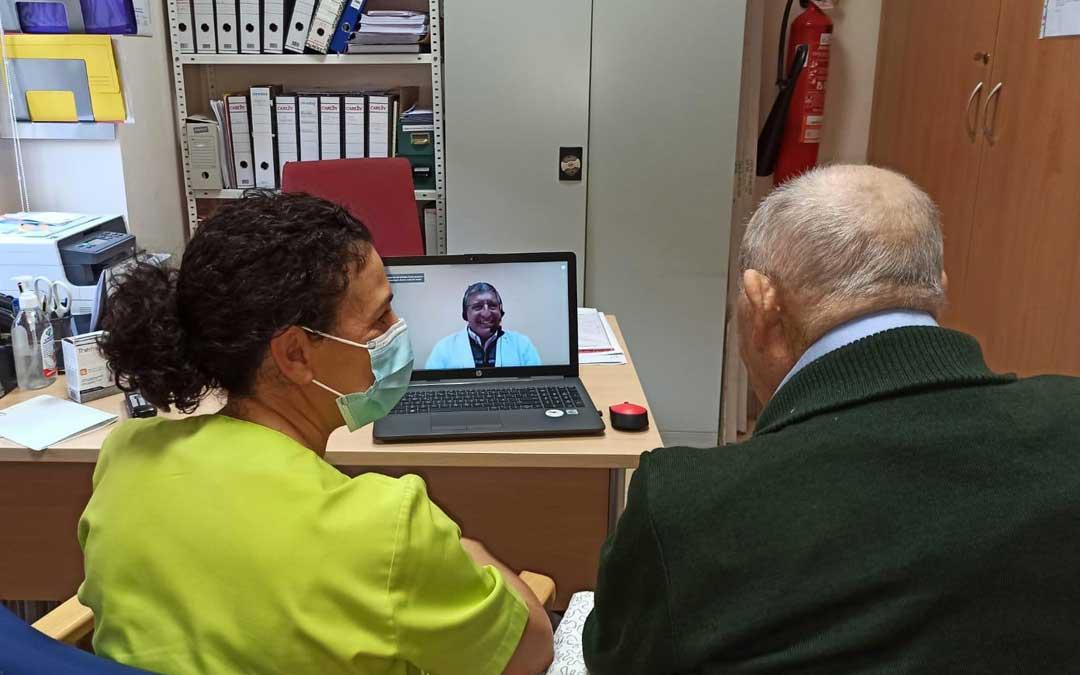 Uno de los residentes de Sant Roc de Calaceite, siendo atendido por el médico de forma telemática. FOTO: Residencia Sant Roc.