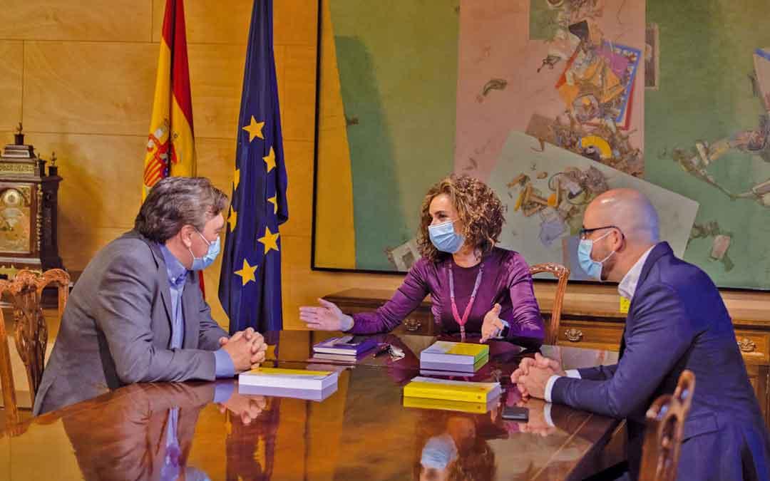 El diputado Tomás Guitarte charlando este jueves con la Ministra Montero.