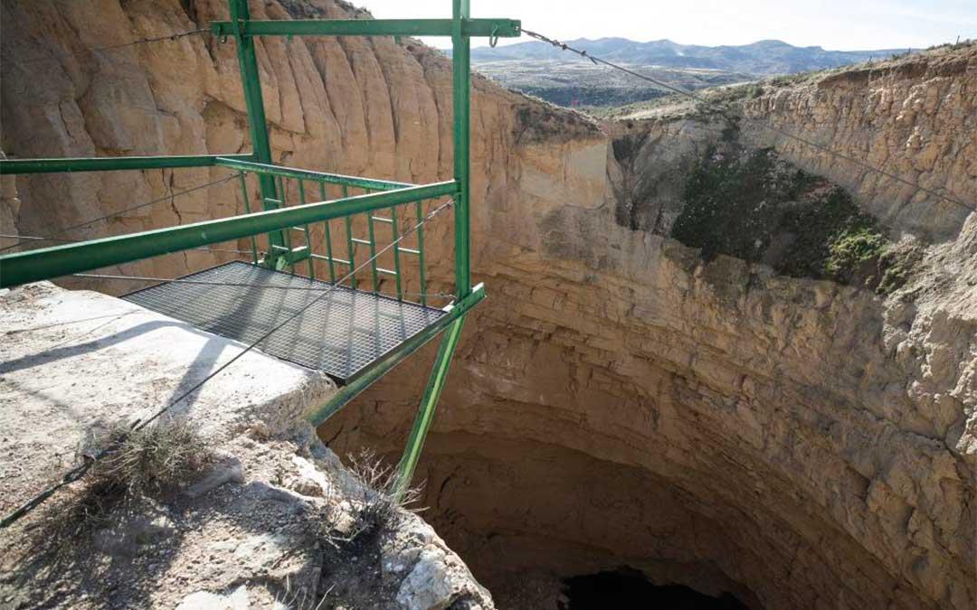 Un balcón permite asomarse al interior de la Sima de San Pedro de Oliete, un hundimiento prehistórico en el que habita una colonia de murciélagos./ Heraldo-Laura Uranga