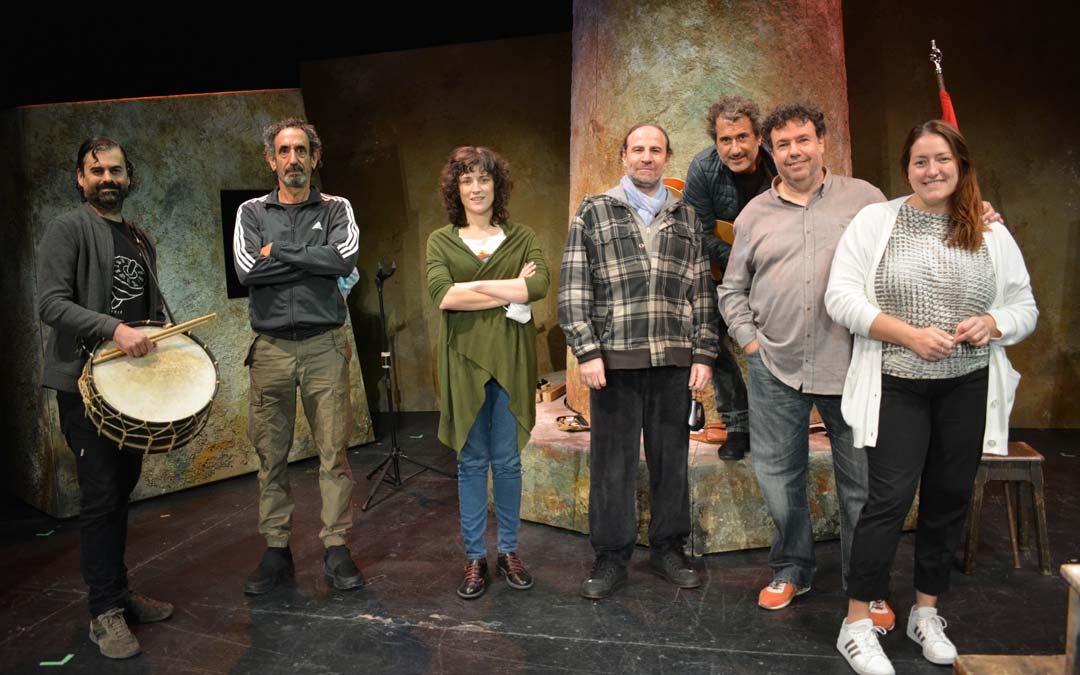 La compañía Teatro del Temple durante los ensayos en Alcañiz./I.M.
