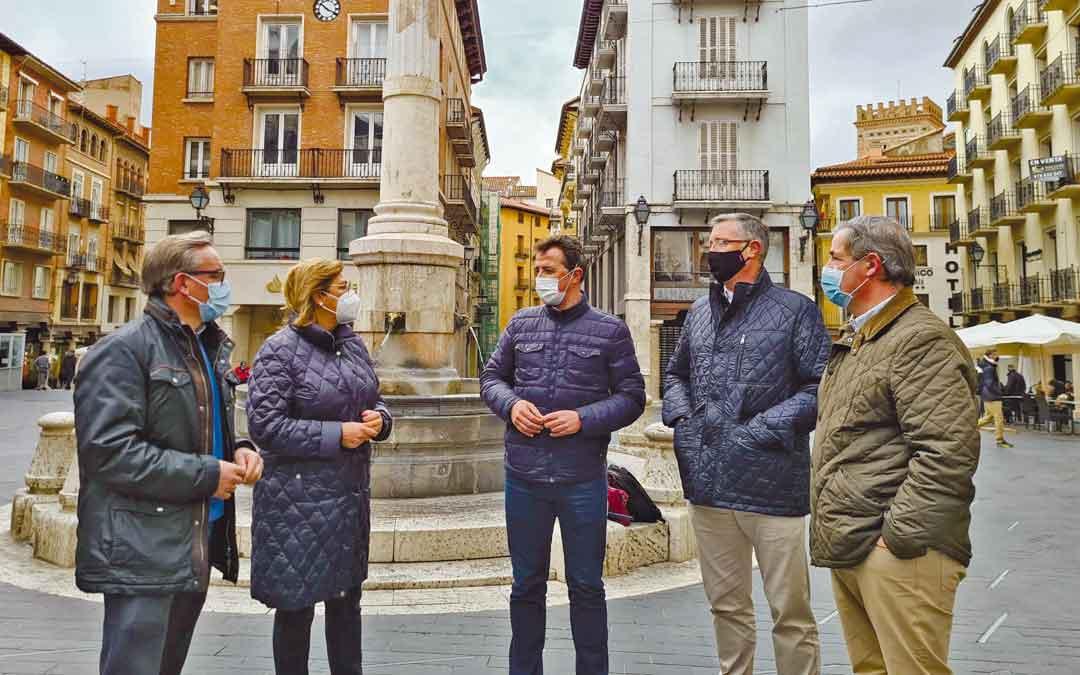 Los populares Joaquín Juste, Carmen Pobo, Alberto Herrero, MAnuel Blasco y Jesús Fuertes en la plaza del Torico de Teruel este jueves, tras la rueda de prensa.