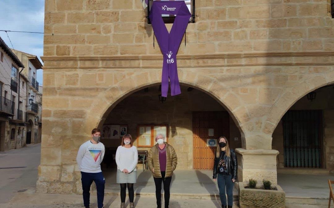La diputada Traver junto a la alcaldesa de Torrecilla de Alcañiz y dos concejales./DPT
