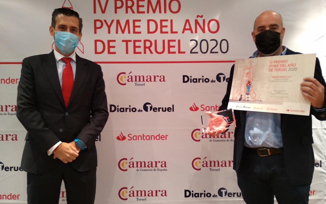 Mario Lamarca (izq.) junto a Oscar Espadas (izq.) en la entrega del Premio Pyme Teruel 2020./Cámara de Comercio