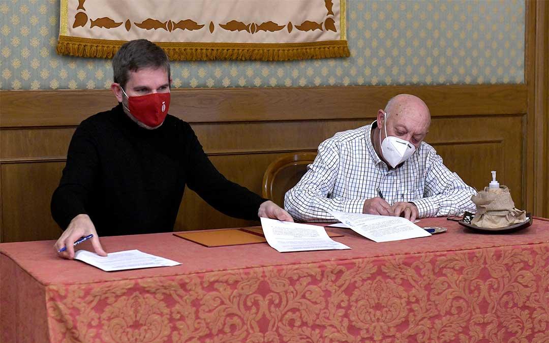 El alcalde de Alcañiz, Ignacio Urquizu, y el vicepresidente de Atadi, Manuel Soriano, firmaron el acuerdo./ Ayto. de Alcañiz
